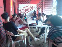 Taller de prevención del VIH/Sida con meseras de los bares Dragón Chino, Selene y El Rosal en Tapachula minutos antes del operativo de la Policía Federal el 24 de octubre de 2014