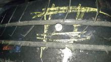 Llanta donde se aprecia uno de los tornillos que se introdujo para provocar un accidente vial.
